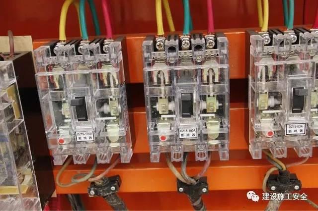 这是某建筑工地一个二级配电箱,里面没有安装漏电保护器,全是断路器。询问原因:总配电箱有漏电保护器,下面的开关箱也有漏电保护器,二级配电箱就不用安装漏电保护器了,符合规范要求啊! 这个说法对不对?有待商榷! 配电箱是施工现场电源与用电设备的中枢环节,而开关箱上接电源线,下接用电设备也是用电安全的关键,所以正确设置与否是一个非常重要的问题。按照标准要求,施工现场应实行三级配电,两级保护,即在总配电箱上设分配电箱,分配电箱以下设开关箱,开关箱是末级,以下就是用电设备,这样形成了三级配电。两级保护是指除在末级