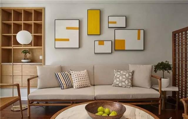 木沙发搭配布艺坐垫,还有太师椅造型的边几,让客厅显得稳重却带着轻图片