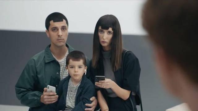 三星又发广告吐槽苹果iphone x刘海屏,网友:这样挺缺德的图片