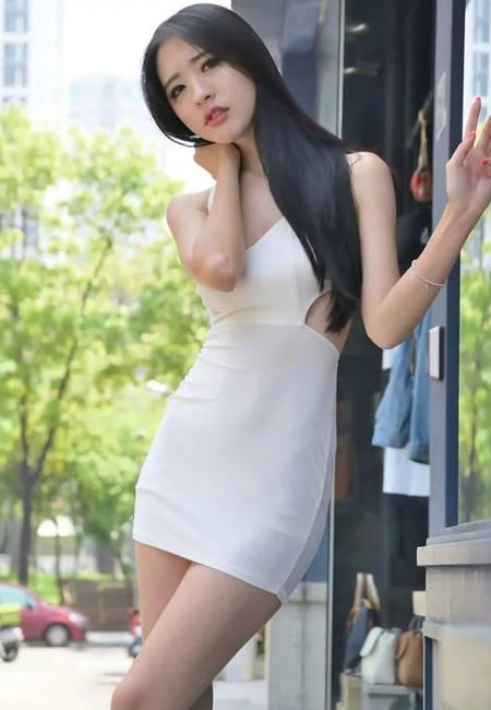 街拍: 吊带齐臀裙妹子甜美可爱, 网友: 法拉利换你回眸一笑