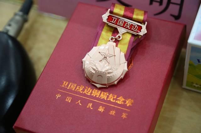 武警国防服役章_支队长谢育兢表示,授予(晋升)警衔和颁发国防服役纪念章是部队仪式