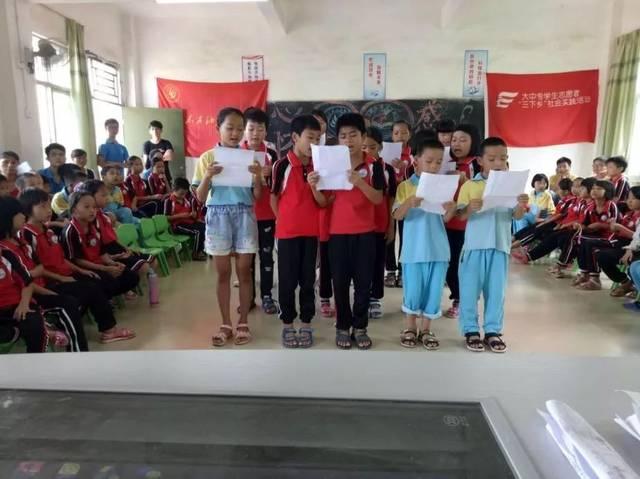 队员们朗诵《用青春托起中国梦》 学生们朗诵《少年中国梦》 其中让