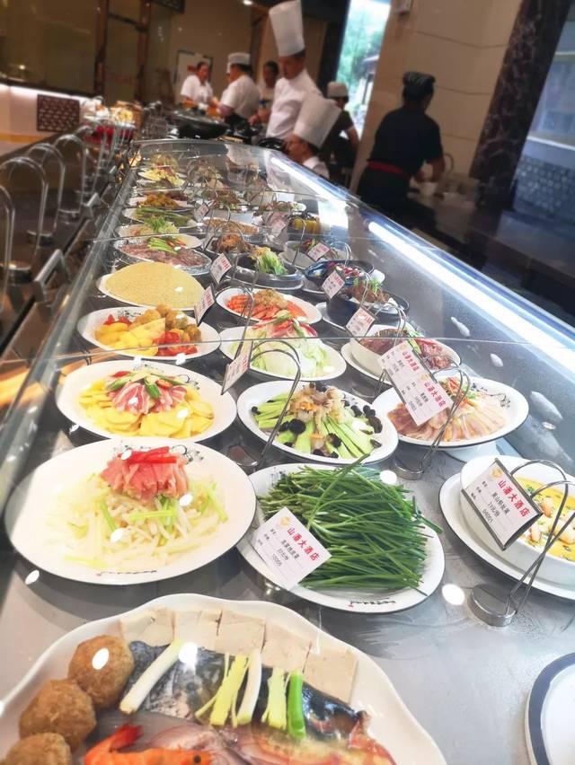 干净整洁的菜品,熏肉丰富的明档,一排排新鲜的食材映入眼帘.邯郸市里展台还是卤肉好买图片