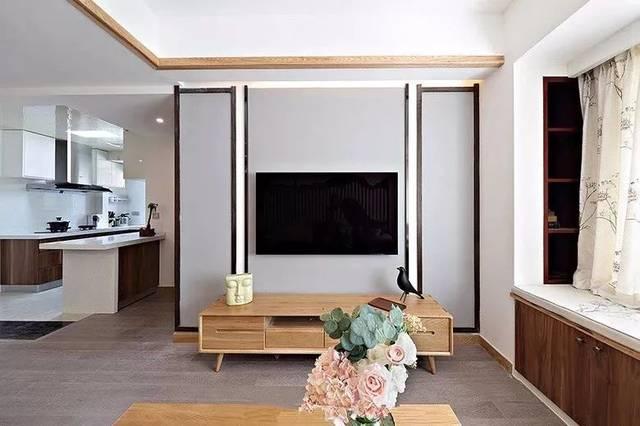 浅灰色的电视背景墙经过实木封边的边框造型的映衬,更具立体感了.