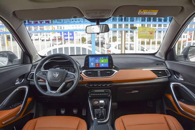 屏幕下的5个功能按键的设计也是别具一格,除了最低配其他车型都配置了