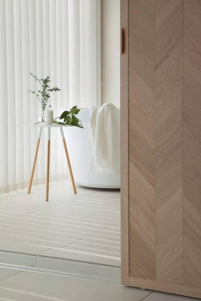磨砂玻璃窗 保证了采光效果 令空间通透明亮 纯白色的百叶窗窗帘 增加