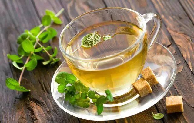 放入干薄荷10克和少许绿茶,浸泡后,滤出叶渣即成薄荷茶,可加糖饮用.图片
