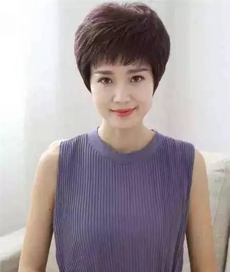 这种短碎的发型,适合发量多或轻度自来卷的阿姨,洗发后随便吹干就有型图片
