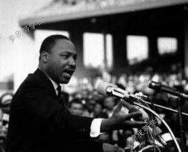 美国黑人民权�9b�_美国黑人民权运动先驱马丁路德金演讲的场面:林肯纪念堂前站满了人