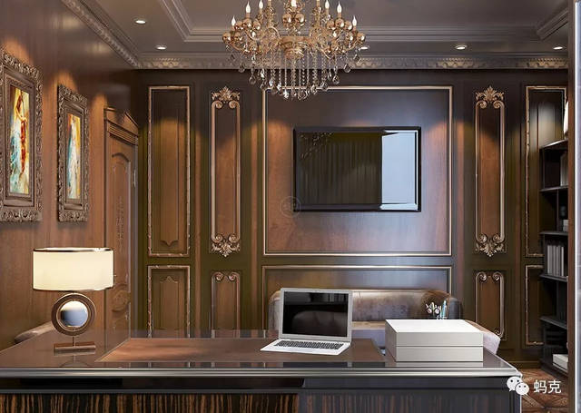 护墙板金色的欧式描金装饰镶嵌在有着迷人纹理的原木板上,尊贵奢华图片