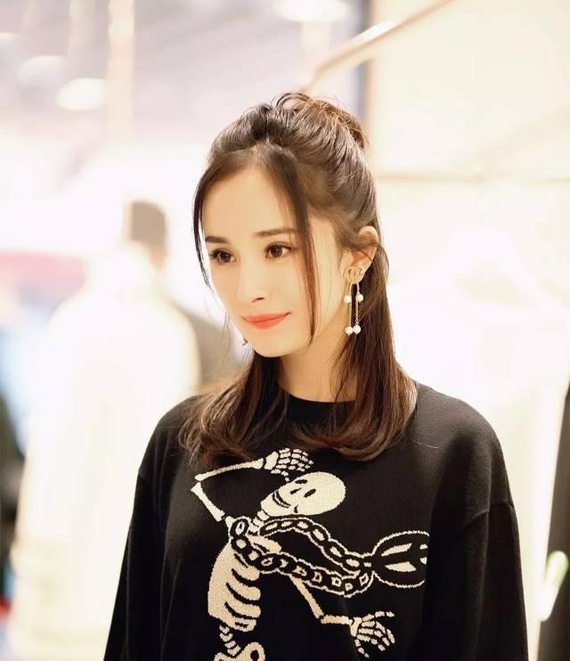 杨幂就经常扎丸子头,各种场合都能看到她的丸子头发型,不过直发的丸子图片