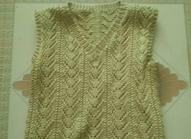 哦~当然编织的方法不同花纹各异,按照喜好再剪几块 碎花布缝上去包边.