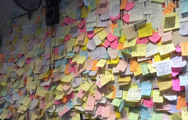 墙,上面写满了食客们的心愿便利贴,看得出