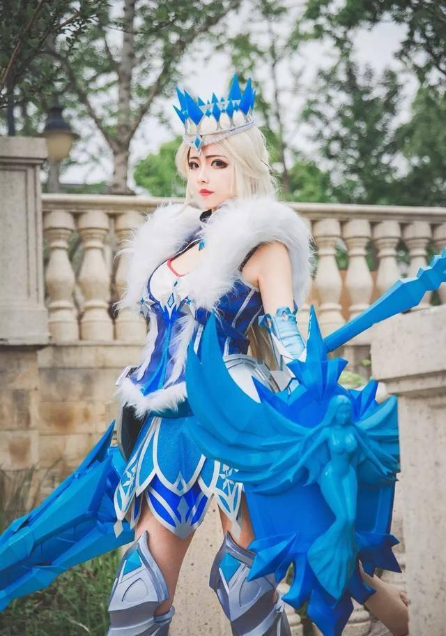 第四个cos的英雄则是雅典娜的冰冠女神,整体来看cos非常的出色,而给人
