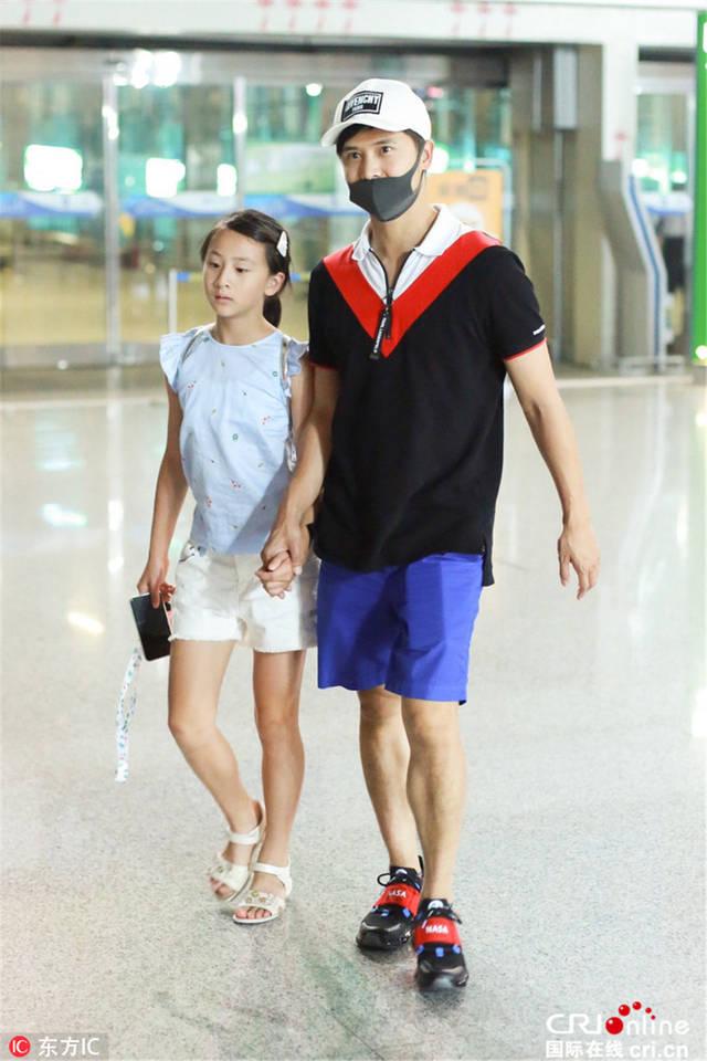 田亮带女儿现身机场 森蝶腿长傲人笑容甜美图片