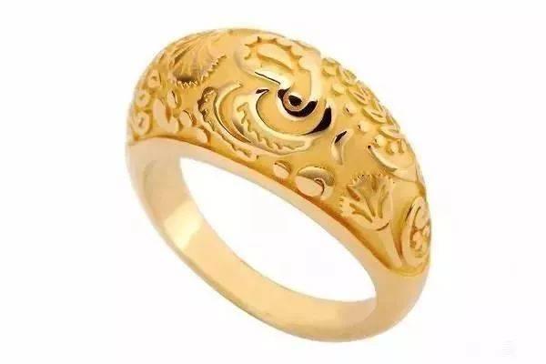 """一般都会""""蛇肚""""上雕刻花纹,宝姐老觉得这种戒指是大佬或者古代的当家"""