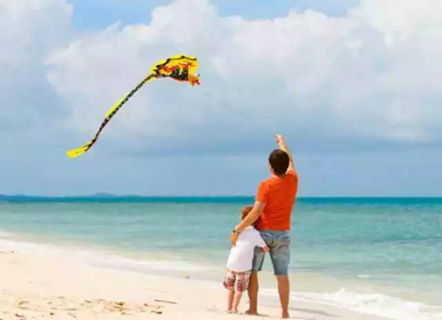 可以带孩子到海边沙滩放风筝