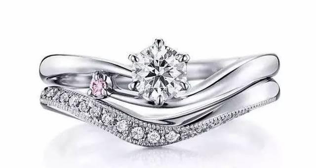 每对情侣结婚的时候,基本都拥有了订婚对戒,结婚戒指(或者还有纪念