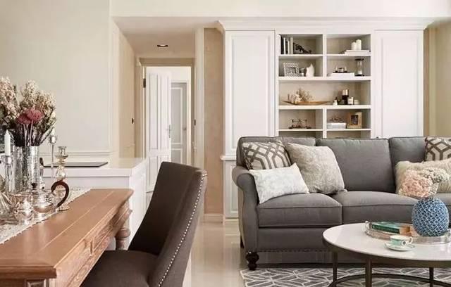 沙发后的墙面做了内嵌式的收纳柜,在柜门上做线条装饰,增加美式风格.图片