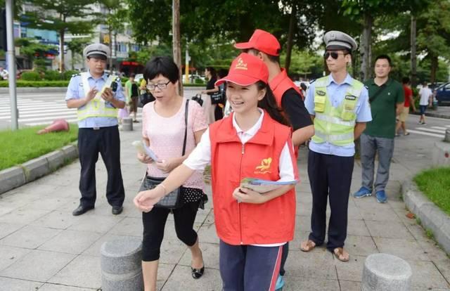 尽管他们的指挥手势比较简单,但过往的行人仍认真遵照这些交通志愿者图片