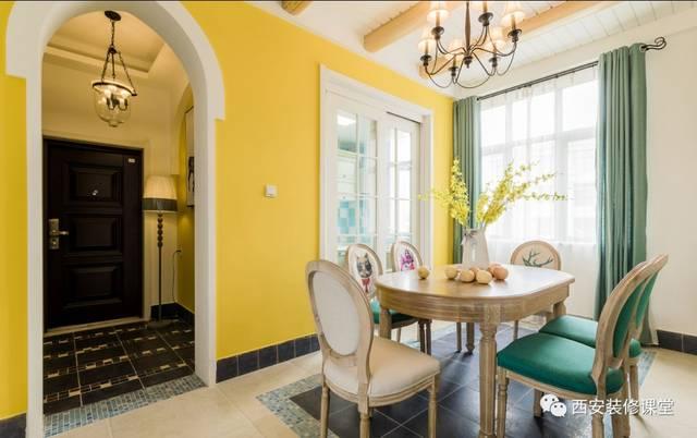 门厅进来左手餐厨空间,墙面暖黄色变色,局部木质假梁吊顶设置,美式图片
