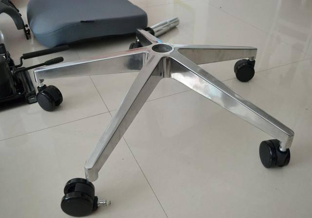 将气压杆套入椅脚中间,这样就完成了椅子的下半部分的安装工作.图片