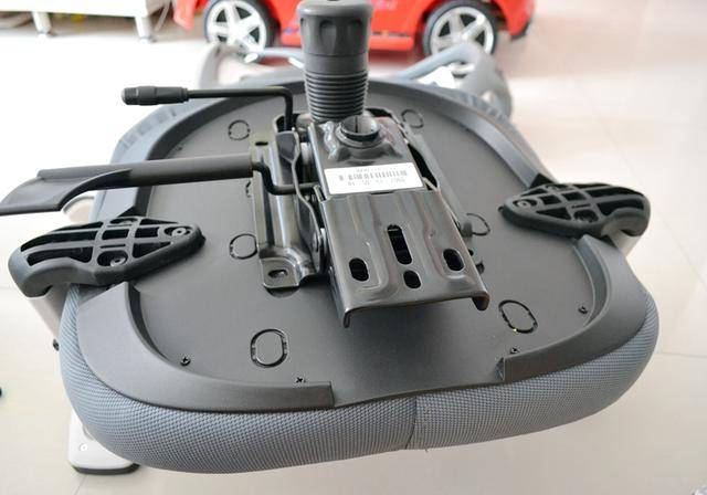 极大的保障了我们的安全,纯钢打造的防爆底盘,搭配tuv认证的气压杆图片