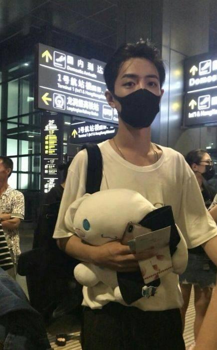 """肖战""""背头""""机场秀,网友炸锅了,粉丝:撩起刘海也撩动我图片"""
