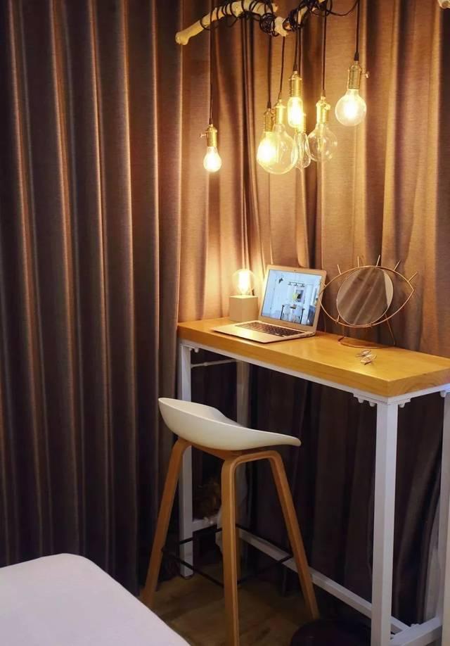 床侧一组移门衣柜,作空间储物 ▲ 床尾放一张吧台桌,diy手工灯