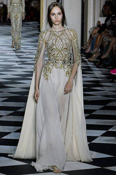 点透视感,上半身依然保有设计师奢华古典的风格,向往沙滩婚礼的新娘