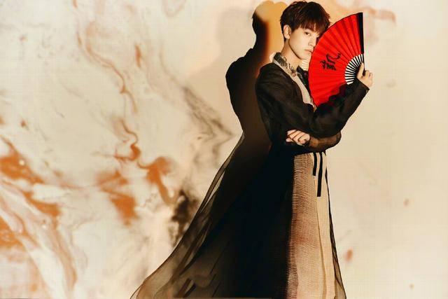 tfboys合体拍中国风写真折扇清打,谁才是真正的古风美男?