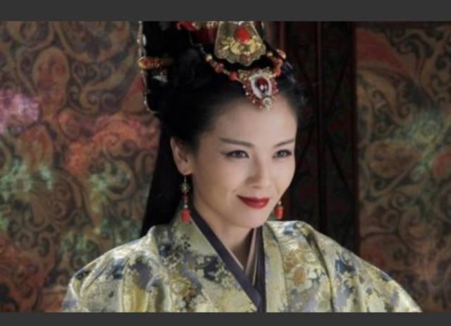 赵丽颖在《花千骨》里饰演的女主变成妖王之后,也在服装化妆方面有了