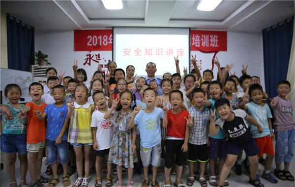 活动结束后,孩子们纷纷走上讲台上围住民警,要求民警示范了交通手势指图片
