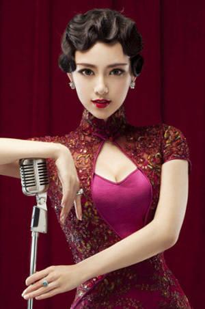 而是采用素色配上纹理花纹来增添旗袍的魅力.