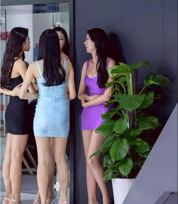 姐姐色站_街拍:四大美女身材颜值俱佳的四个美女姐姐站在一起