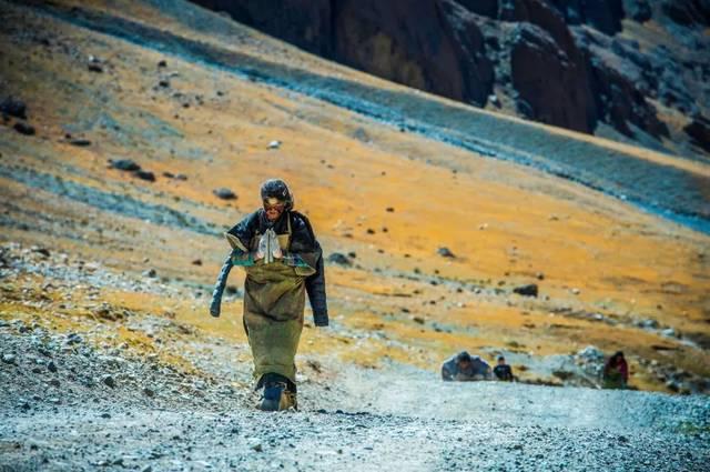 高原反应是人到达一定海拔高度后,身体因气压差,含氧量少,空气干燥等图片