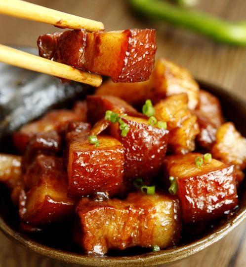 正宗南方版的红烧肉做法,做时焯水一下,肥而不腻,味道非常好吃