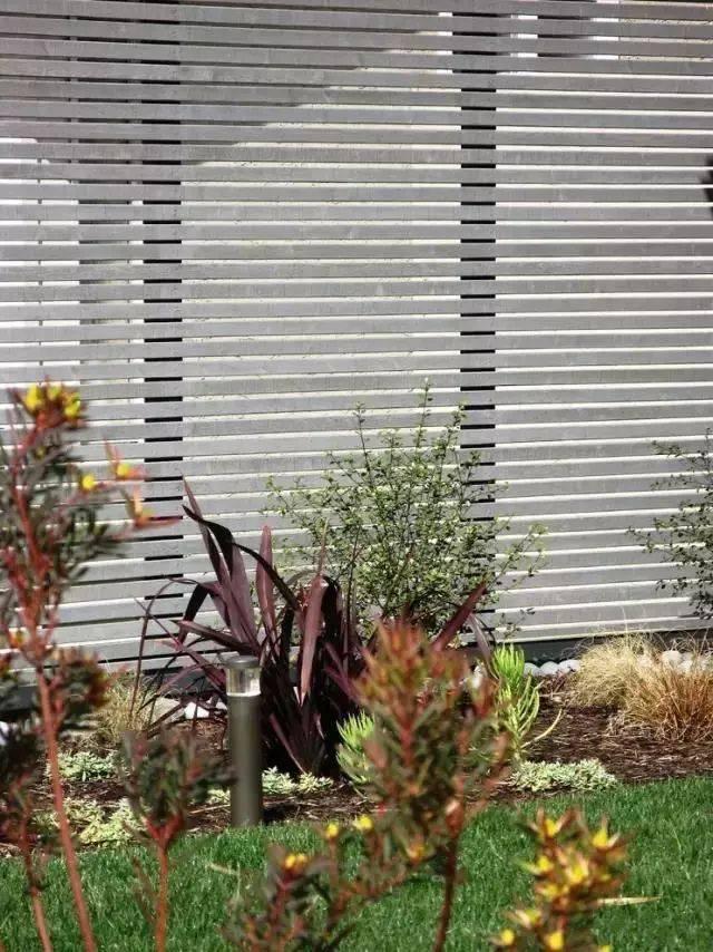 大多数的木艺围墙同绿植墙搭配设计 植物的绿色和木质的灰棕,毫无图片