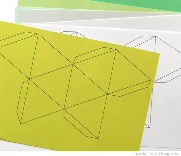 准备材料:彩纸,剪刀,笔,彩带,胶水 制作步骤图解