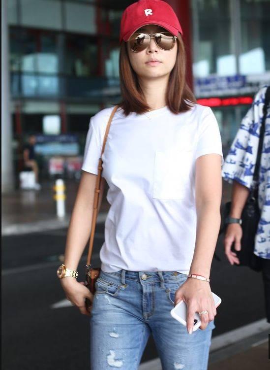 林心如身穿白色t恤搭配破洞牛仔裤现身机场笑容灿烂宛如活力少女图片