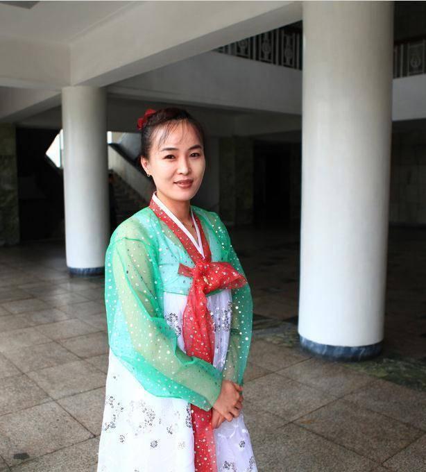 朝鲜首都,长得白的女性和长得黑的女性