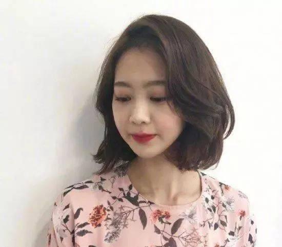 7  齐肩短发绝对是2018流行发型之一,而且是款非常流行的女生发型.