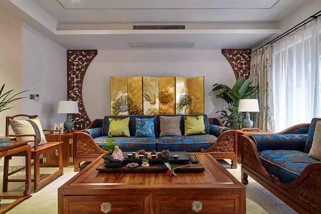 电视墙四周用中式造型边框做装饰,中间刷白,简单又有设计感.