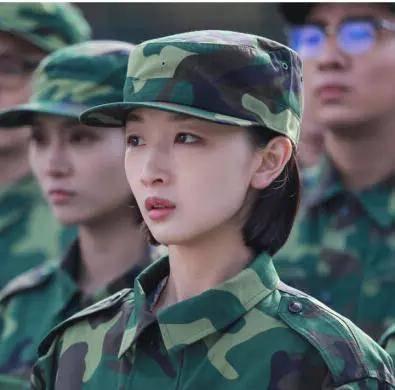 适合自己的时尚短发,带上帽子你就是只爱军装的女兵,摘下帽子你就是图片