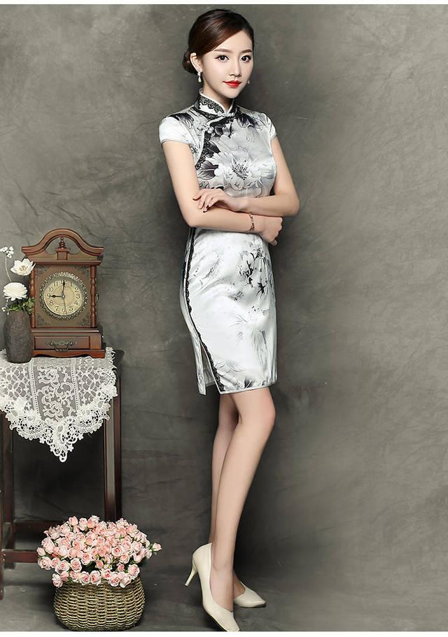 旗袍上印着黑白相间的水墨花纹,水墨款式的旗袍,立领勾勒颈部线条,被