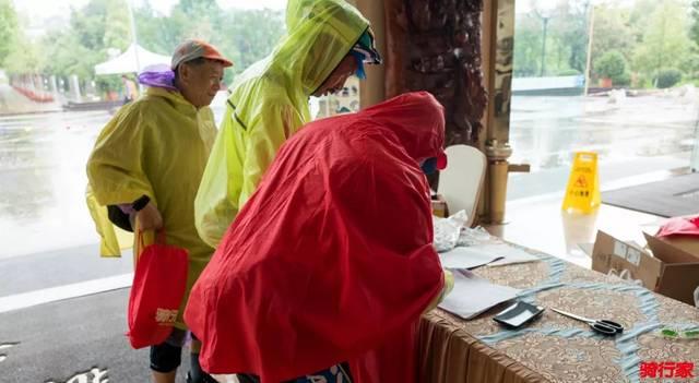 暴雨也抗议不了的关怀 华夏单车月昆明站骑友汇