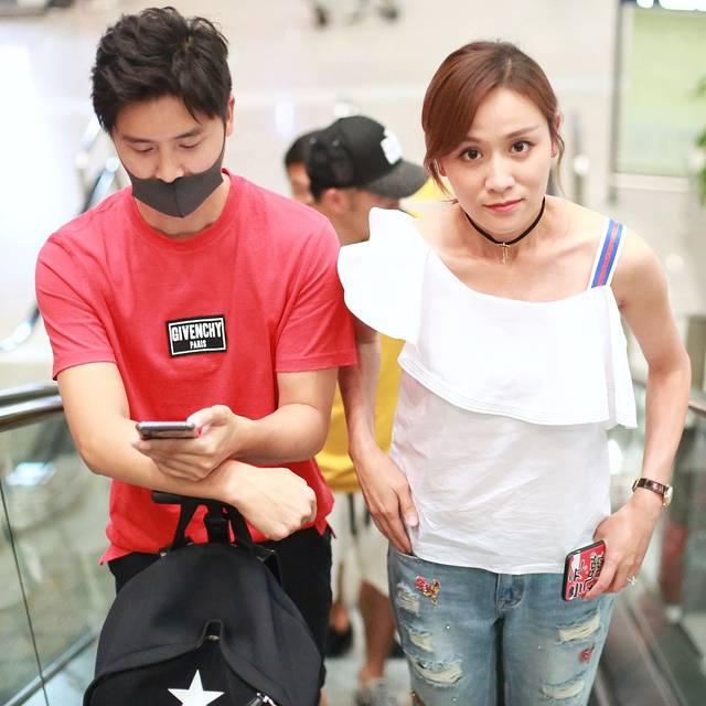 田亮陪老婆走路不停看手机 叶一茜尴尬眼神无处放图片