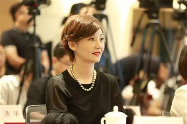 被冯小刚看中演《芳华》!58岁年纪只有30岁容貌,甩刘晓庆几条街
