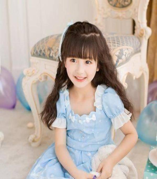 齐刘海萌萝莉发型,小学女孩中长发扎发!