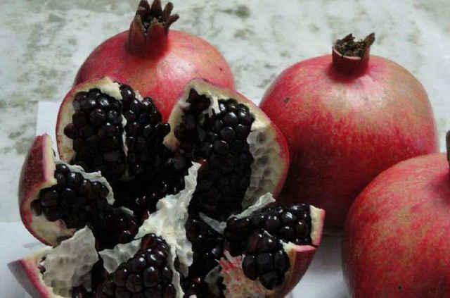 梦见吃黑色成熟的水果是什么意思